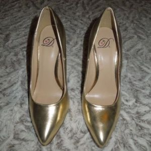 Shoes - Gold Classic Enclosed Slip on Pointed Heels Size 6
